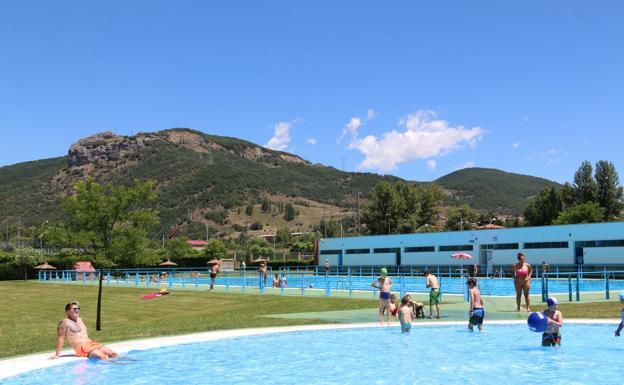Llega el verano a la robla para disfrutar en su piscina for Piscinas fluviales leon