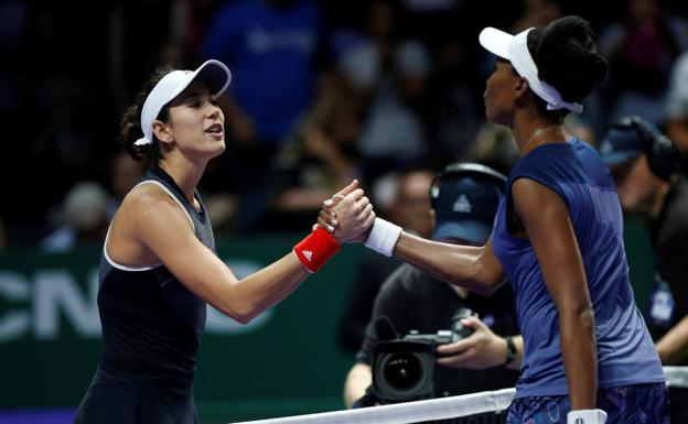 Garbiñe Muguruza felciita a Serena Williams.