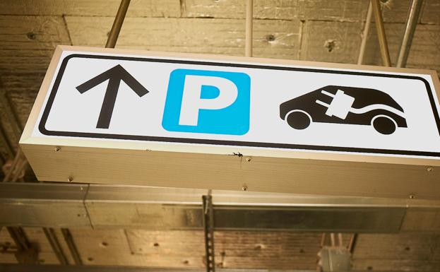 Parking para coches recargables./