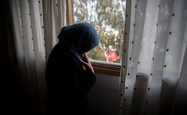 FAtima, de 17 años, posa en la penumbra para el reportaje. /FADEL SENNA (AFP)