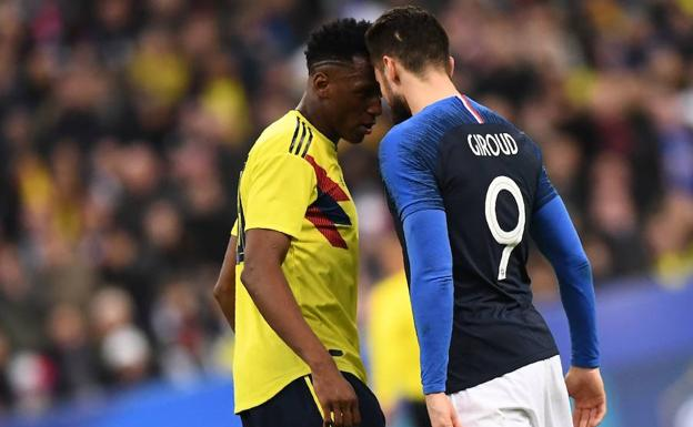 Yerry Mina (Colombia), ante Olivier Giroud (Francia)./AFP