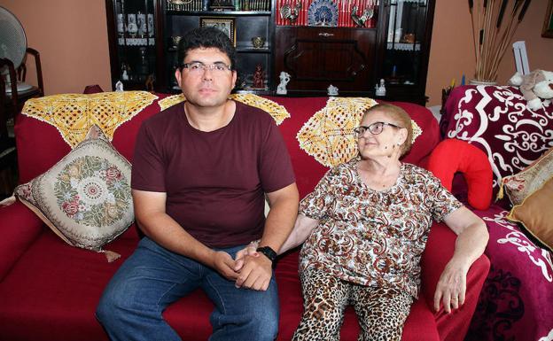 Luis Miguel, con su madre en su domicilio de Trobajo del Camino.
