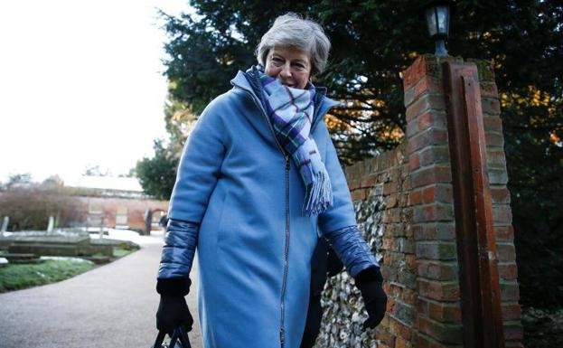 Theresa May camino de la iglesia de Maidenhead este domingo./REUTERS