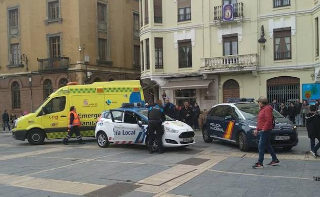 Policía Local, Nacional y Emergencias intervinieron en la Plaza de la Regla. /NB