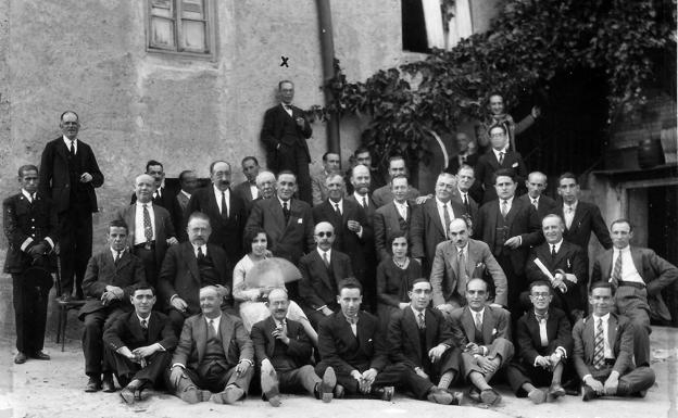 Miembros de la Diputación de Segovia. Fermín está de pie, en la parte superior, en el centro