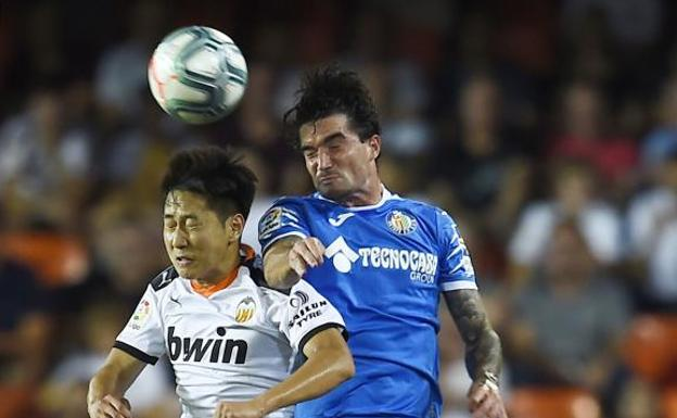 Kang-In Lee y Jason disputan un balón. /José Jordán (Afp)