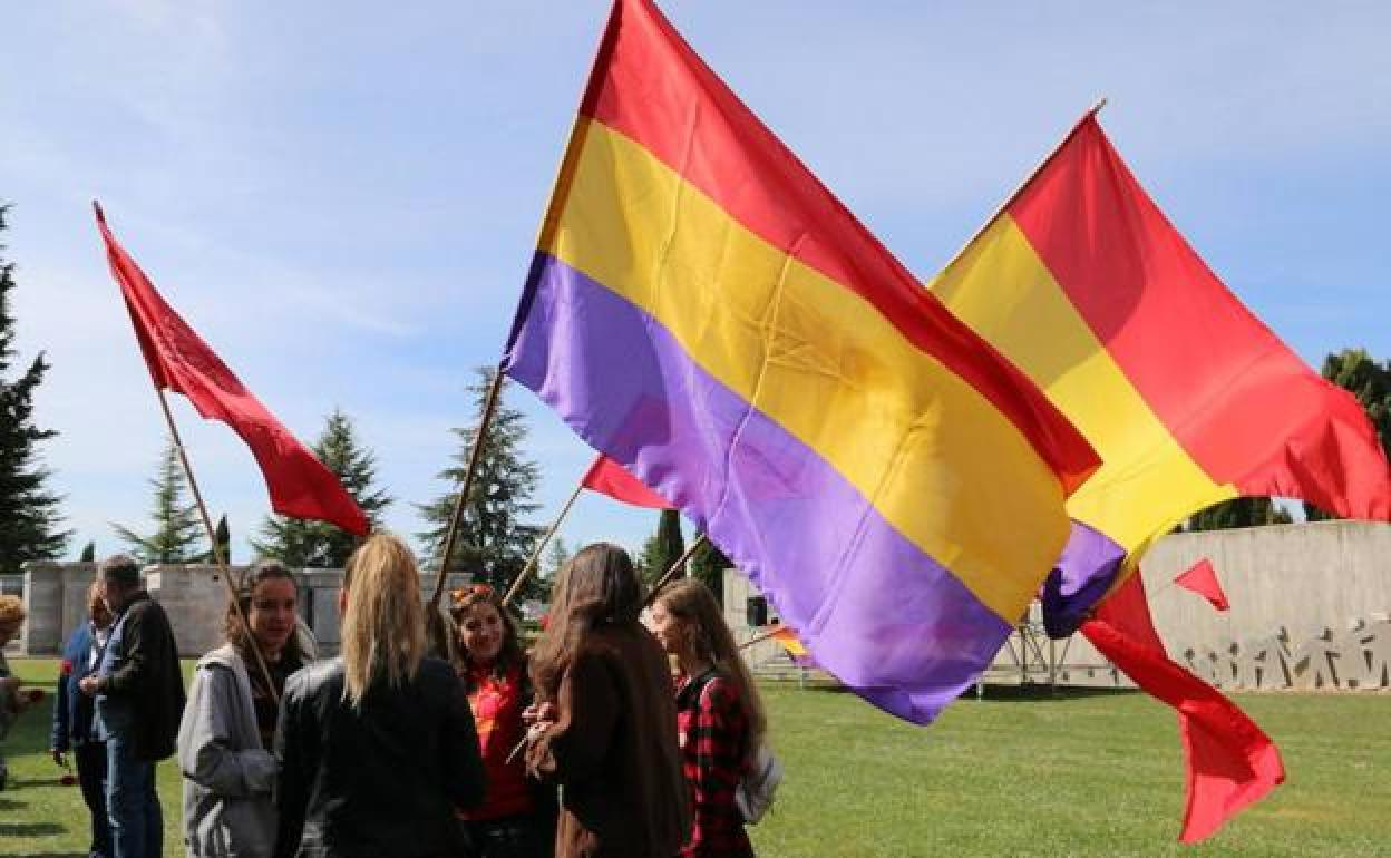 Banderas tricolor y una cacerolada para celebrar el aniversario de ...