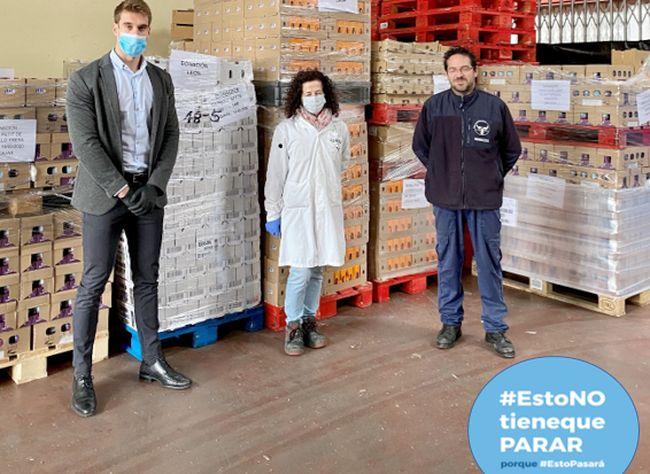 Representantes de Mercadona y del Banco de Alimentos tras la entrega de productos.