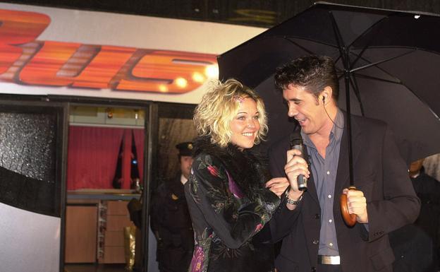 El presentador Liborio García junto a Sonia Oliván, ganadora de 'El bus'.