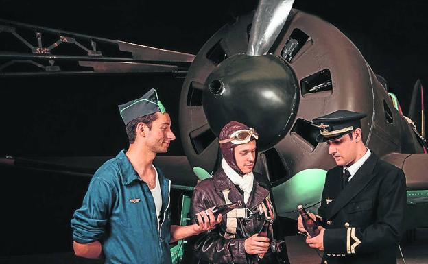 recreadores con su equipo ante un caza Polikarpov I-16 'Mosca' en el Camp d'Aviació de la Sénia (Tarragona).